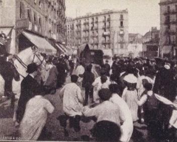 La folla insegue Enriqueta Martí Ripollés