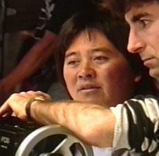 Il regista Albert Pyun alla macchina da presa.