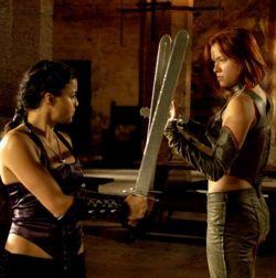 Kristanna Loken e Michelle Rodriguez s'allenano con la spada...